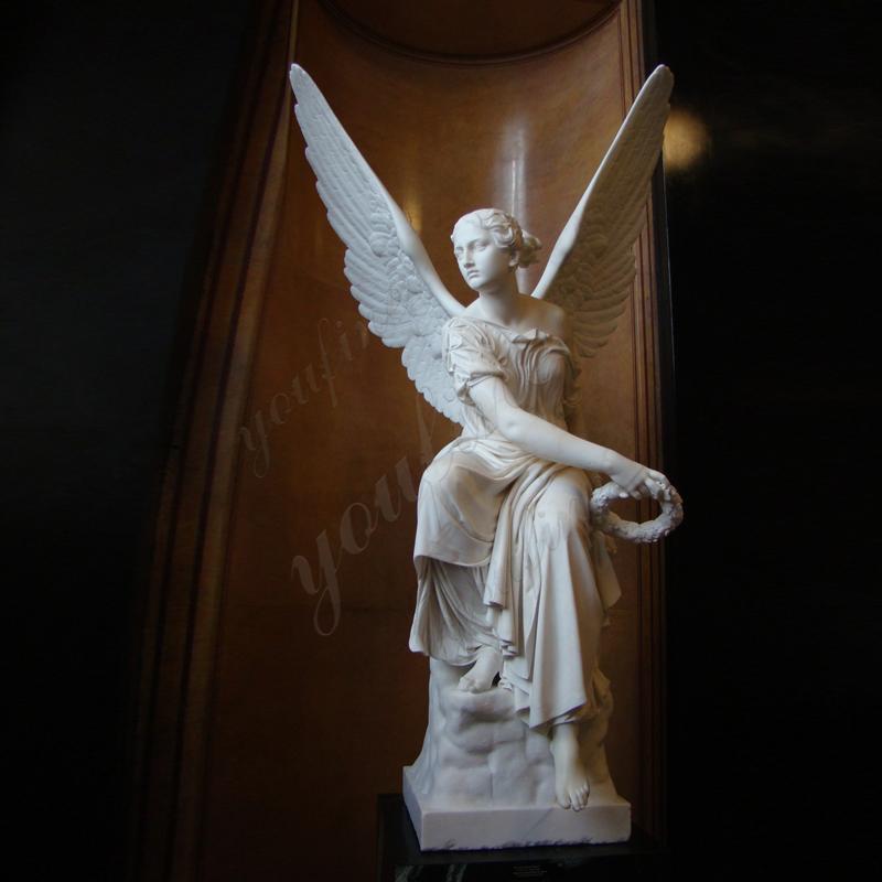与月桂树花圈的室外手大理石天使雕象待售